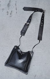 Belted Shoulder Square Bag (black)
